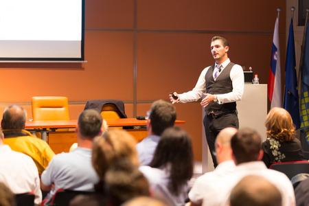 speaker: Ponente en la Conferencia de Negocios y Presentaci�n. Audiencia en la sala de conferencias. Negocios y Emprendimiento.