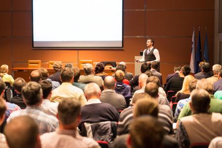 ビジネス会議やプレゼンテーションでスピーカー。会議ホールで聴衆。ビジネスと起業家精神。