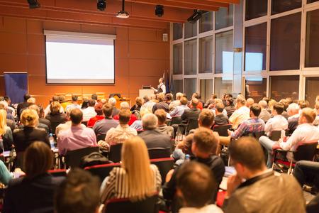 conferentie: Spreker op Business Conference en presentatie. Publiek bij de conferentiezaal. Bedrijfsleven en ondernemerschap. Stockfoto