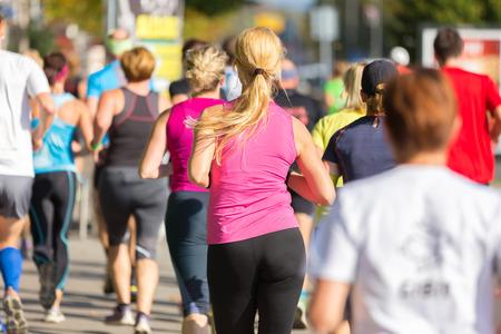 街で実行されているアクティブな人々 のグループ。健康的なライフ スタイル。体重減少。都市マラソンの実行します。 写真素材