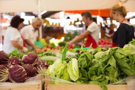 Marktkraam met verscheidenheid van biologische groenten. Stockfoto