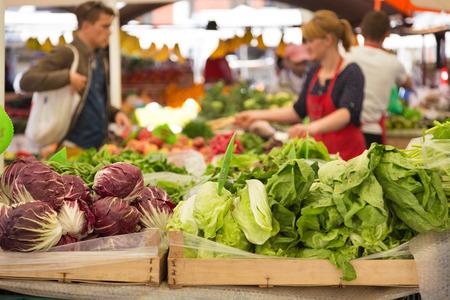 obst und gem�se: Marktstand mit Vielzahl von Bio-Gem�se.