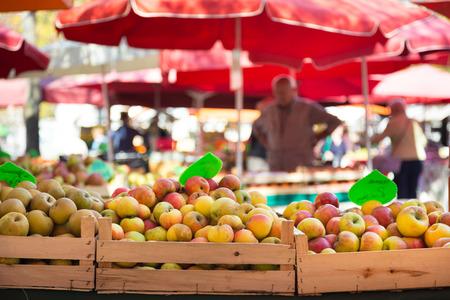 Marktkraam met biologische appels. Stockfoto