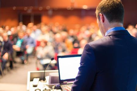 公開プレゼンテーションとビジネス会議で講演。会場に観客。起業家クラブ。