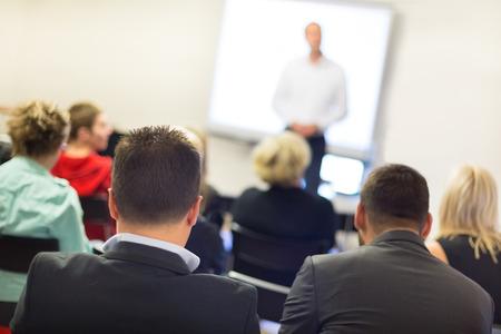 the speaker: Ponente en taller de negocios y presentaci�n. Audiencia en la sala de conferencias. Foto de archivo