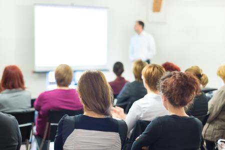 hablante: Ponente en taller de negocios y presentaci�n. Audiencia en la sala de conferencias. Foto de archivo