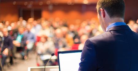 akademický: Speaker Business konference s veřejností prezentací. Publikum v konferenčním sále. Podnikání klubu.