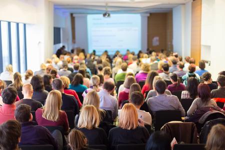 Conférence d'affaires et présentation. Audience à la salle de conférence. D'affaires et de l'entrepreneuriat. Banque d'images - 34401127