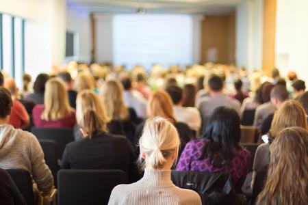 speaker: Conferencia de negocios y presentaci�n. Audiencia en la sala de conferencias. Negocios y Emprendimiento.