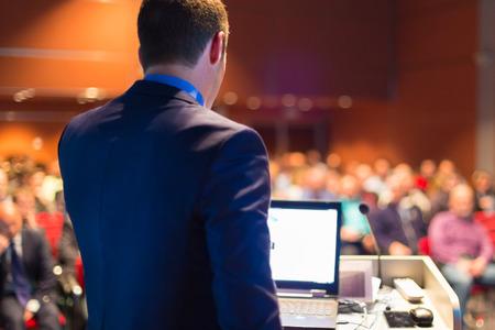 公開プレゼンテーションでのビジネス会議でスピーカー。会議ホールで聴衆。起業家クラブ。
