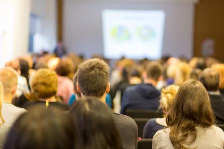 Business Conference och presentation. Publik på konferenssalen. Business och entreprenörskap.