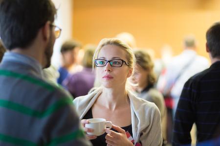 socializando: Peoplegathering y socializar durante la pausa para el café en la reunión de la conferencia. Negocios y emprendimiento. Foto de archivo