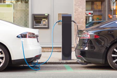 Alimentation pour la recharge de voiture électrique. Station de charge pour les véhicules électriques. Éditoriale