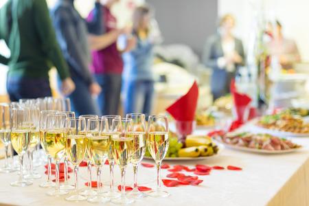 événement de banquet. Tableau avec les verres à vin, des collations et des cocktails. Banque d'images