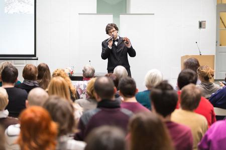 hablante: Altavoz de dar una charla en la reuni�n de negocios. Audiencia en la sala de conferencias. Negocios y Emprendimiento. Copie el espacio en la tarjeta blanca.