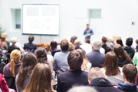 教育: 音箱給人一種談話的商務會議。觀眾在會議廳。企業和創業精神。複製空間在白色的板。