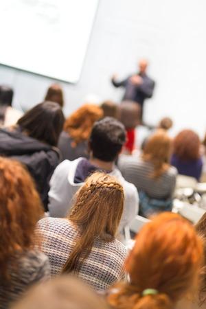 hablar en publico: Altavoz que da la presentaci�n en el sal�n de conferencias en la universidad. Los participantes de escuchar conferencias y tomando notas. Foto de archivo