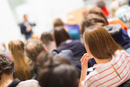 ビジネス会議での講演のスピーカー。会場での観客。ビジネスと起業家精神。ホワイト ボード上の領域をコピーします。