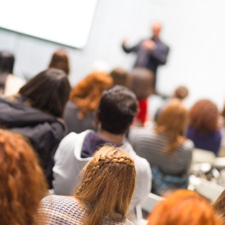 curso de capacitacion: Altavoz que da la presentación en el salón de conferencias en la universidad. Los participantes de escuchar conferencias y tomando notas. Foto de archivo