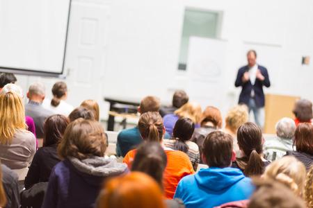 hablar en publico: Altavoz de dar una charla en la reunión de negocios. Audiencia en la sala de conferencias. Negocios y Emprendimiento. Copie el espacio en la tarjeta blanca.
