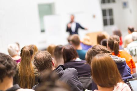 personas sentadas: Altavoz de dar una charla en la reuni�n de negocios. Audiencia en la sala de conferencias. Negocios y Emprendimiento. Copie el espacio en la tarjeta blanca.