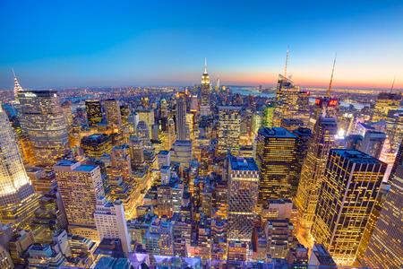 iluminado: Nueva York. Horizonte de la ciudad de Manhattan con sistema de iluminación del Empire State Building y rascacielos al atardecer visto desde la parte superior de la plataforma de observación Rock.