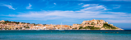 supposedly: Calvi - Colorful citt� costiera sull'isola di Corsica, Francia. Secondo la leggenda, Cristoforo Colombo si suppone vi nacque.
