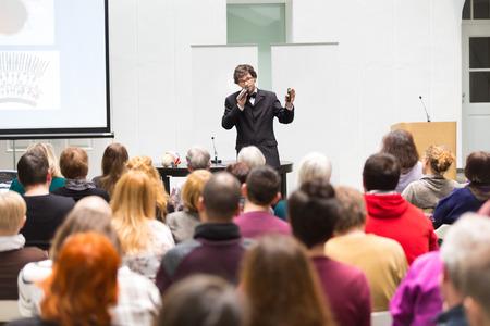 Altavoz de dar una charla en la reunión de negocios. Audiencia en la sala de conferencias. Negocios y Emprendimiento. Copie el espacio en la tarjeta blanca. Foto de archivo - 38672454