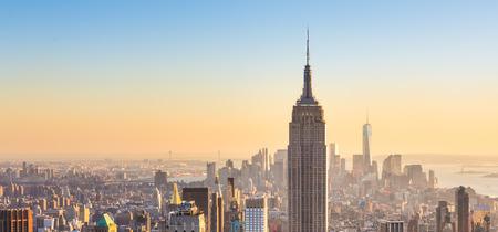 La Ville De New York. Manhattan centre horizon avec l'Empire State Building illuminé et gratte-ciel au coucher du soleil vu du haut de la terrasse d'observation Rock. Composition verticale. Banque d'images