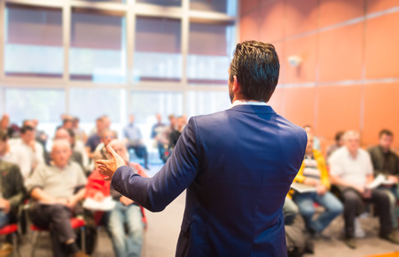 Ponente en la Conferencia de negocios con presentaciones públicas. Audiencia en la sala de conferencias. Club de Emprendimiento. Vista trasera. Composición Horisontal. Desenfoque de fondo. Foto de archivo - 39370729
