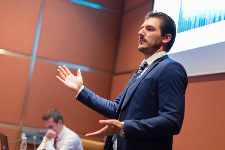 Speaker geven praten op het podium bij Business Conference. Ondernemerschap club. Horizontale samenstelling.