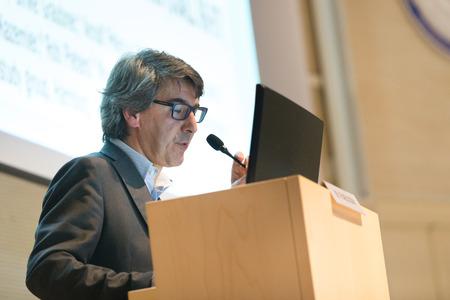 hablante: Altavoz dar la charla en el podio en la Conferencia de negocios. Foto de archivo