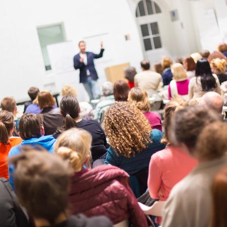 persone che parlano: Speaker Dare una conferenza al Business Meeting. Udienza nella sala conferenze. Affari e imprenditorialit�. Copiare lo spazio a bordo bianco.