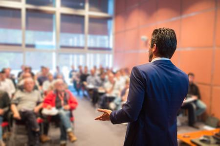 Ponente en la Conferencia de negocios con presentaciones públicas. Audiencia en la sala de conferencias. Club de Emprendimiento. Vista trasera. Composición Horisontal. Desenfoque de fondo. Foto de archivo - 39860098