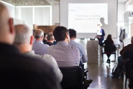 hablante: Altavoz dar una charla en la reuni�n de negocios. Audiencia en la sala de conferencias. Negocios y Emprendimiento.