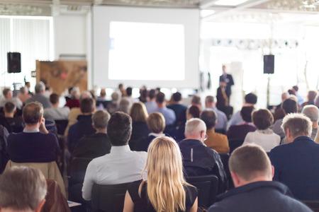 the speaker: Altavoz dar una charla en la reuni�n de negocios. Audiencia en la sala de conferencias. Negocios y Emprendimiento.