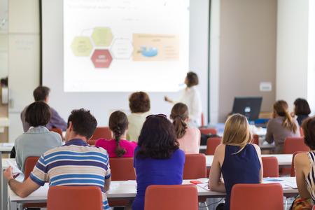 PARLANTE: Altavoz que da la presentación en el salón de conferencias en la universidad. Los participantes de escuchar conferencias y tomando notas. Foto de archivo
