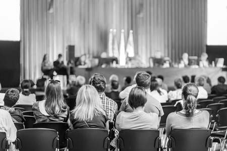 Sindical reunión del comité consultivo. Audiencia en la sala de conferencias. En blanco y negro foto.