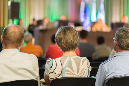 hablar en publico: Altavoz dar una charla en la reunión de negocios. Audiencia en la sala de conferencias. Negocios y Emprendimiento.