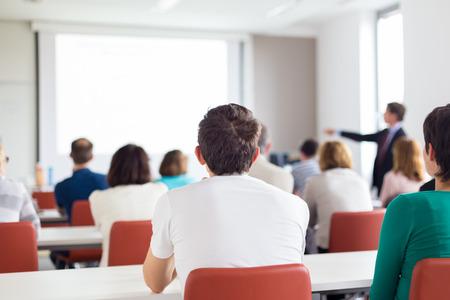 Altavoz de dar una charla en la reunión de negocios. Audiencia en la sala de conferencias. Negocios y Emprendimiento. Copie el espacio en la tarjeta blanca.