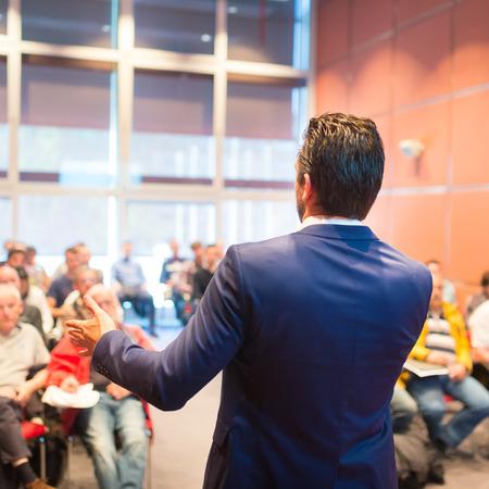 hablante: Ponente en la Conferencia de negocios con presentaciones p�blicas. Audiencia en la sala de conferencias. Club de Emprendimiento. Vista trasera. Composici�n Horisontal. Desenfoque de fondo.