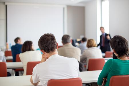 curso de capacitacion: Altavoz de dar una charla en la reunión de negocios. Audiencia en la sala de conferencias. Negocios y Emprendimiento. Copie el espacio en la tarjeta blanca.
