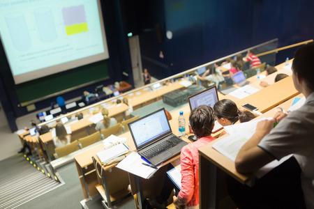 Conferencia y presentación. Audiencia en la sala de conferencias. Negocios y Emprendimiento. Facultad conferencia y taller. Audiencia en la sala de conferencias. Educación académica.