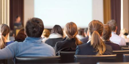 PARLANTE: Ponente en la Conferencia de Negocios y Presentación. Audiencia en la sala de conferencias. Negocios y Emprendimiento. Espacio en blanco en la pantalla blanca. Foto de archivo
