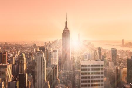 뉴욕시. 맨하탄 시내 조명 엠파이어 스테이트 빌딩 (Empire State Building)와 스카이 라인과 일몰 고층 빌딩입니다. 수직 컴포지션. 따뜻한 저녁 색상. 가면