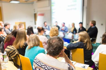 Rondetafelgesprek bij het bedrijfsleven en ondernemerschap workshop. Publiek bij de conferentiezaal. Presentatie in collegezaal op de universiteit. Deelnemers luisteren naar lezingen en het maken van notities.