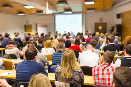 ビジネスと起業家のワーク ショップでの議論をラウンド テーブル。会場に観客。大学の講堂でプレゼンテーション。参加者は講義を聴くと、ノート