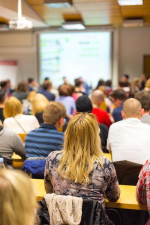 Rundtischgespräch bei Unternehmen und Unternehmertum Werkstatt. Publikum im Konferenzsaal. Präsentation im Hörsaal an der Universität. Die Teilnehmer hören einen Vortrag und machte sich Notizen.