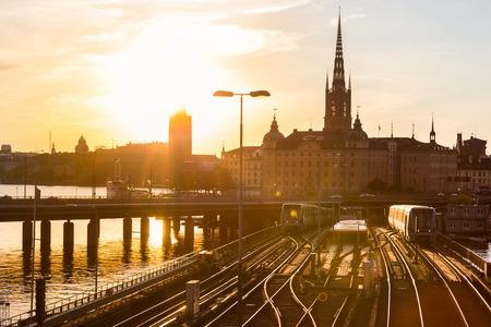 ferrocarril: Vías de ferrocarril y trenes cerca de la estación principal de trenes de Estocolmo, en el área de Norrmalm, Estocolmo, Suecia, en la puesta de sol. Foto de archivo
