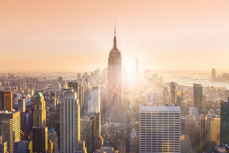 nowy: Nowy Jork. Manhattan downtown skyline z Empire State Building oświetlone i drapacze chmur na zachodzie słońca. Skład poziome. Ciepłe kolory wieczorem. Kostium i odbicia obiektywu. Zdjęcie Seryjne